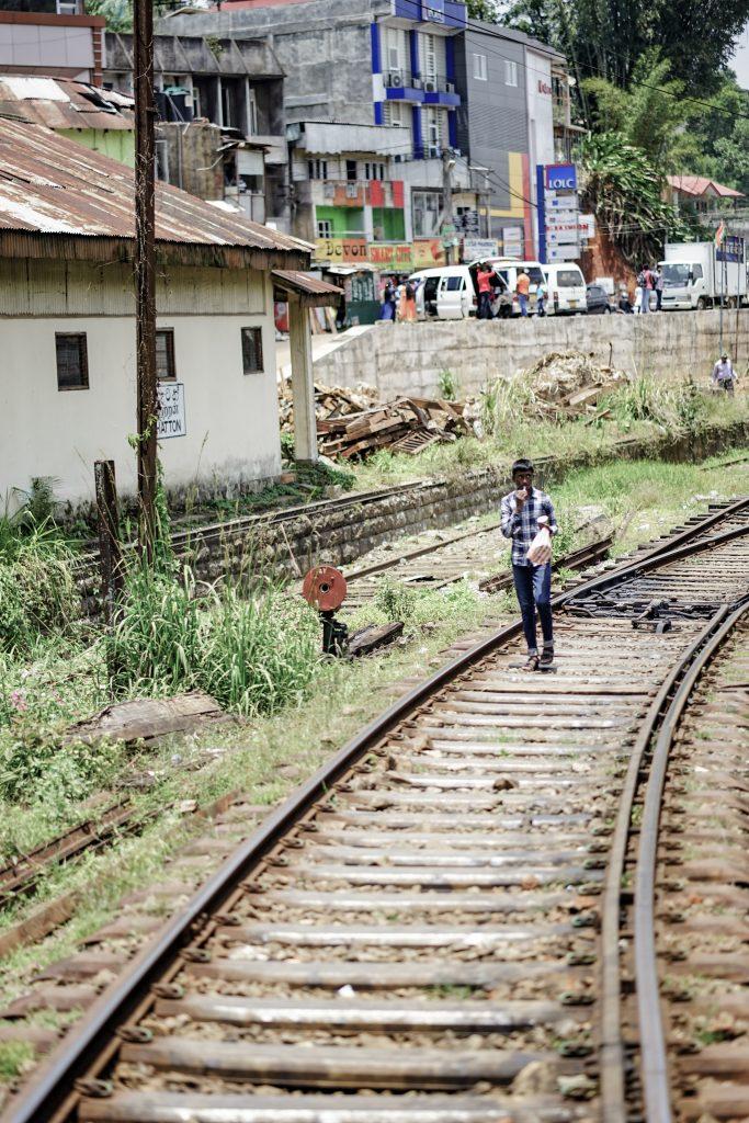 How to travel on Sri Lanka's most beautiful railway-Walking along the train tracks