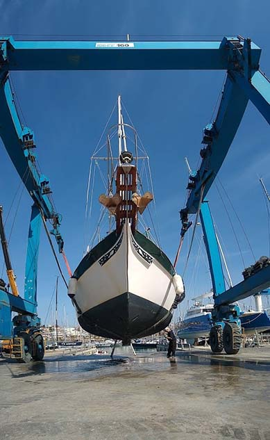 Shallow draft keel sailboat