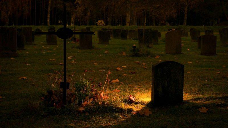 charleston's oldest graveyard at night